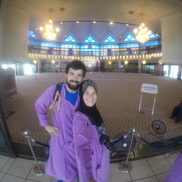 Respetando la religión musulmana, no cubrimos del todo para visitar la mezquita Masjid Negara