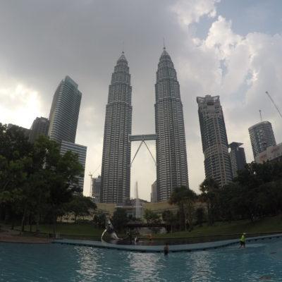 Magníficas vistas de las torres desde la piscina del parque KLCC con los pies a remojo