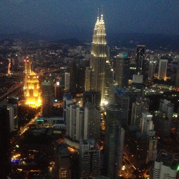 Aunque no impresiona tanto como otras ciudades, es bonito ver Kuala Lumpur y sus Petronas iluminadas de noche