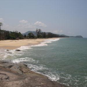 La playa Pa Nyit; salvaje, larga y con buena sombra