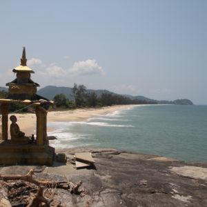 Un buddha vigila la playa desde un extremo