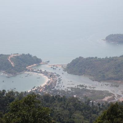 También se puede ver el pueblo pesquero de San Hlan, muy curioso