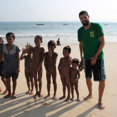 Niños (la mayoría monjes), totalmente desnudos; niñas, totalmente vestidas