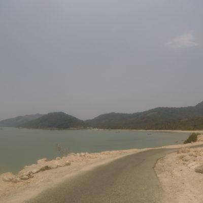 De camino a la playa Godfather, el mar se abre también en el lado izquierdo