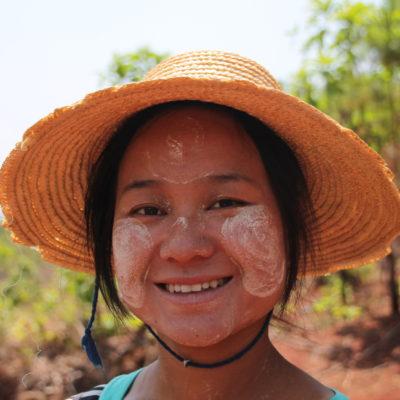 """Nuestra guía Kalyar con thanaka en la cara, un líquido que extraen de frotar la raíz de un árbol contra una piedra mezclándole agua y que utilizan para protegerse del sol y como """"maquillaje"""""""