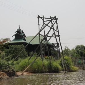 ¿Cómo de seguro veis este poste de electricidad sobre un lago?