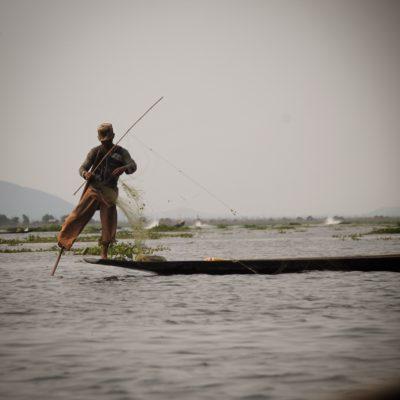 En el lago Inle es muy curioso ver como enganchan el remo en el pie y a su vez mantienen el equilibrio sobre el barco