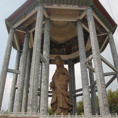 Un enorme buddha vigila Penang desde la cima del templo
