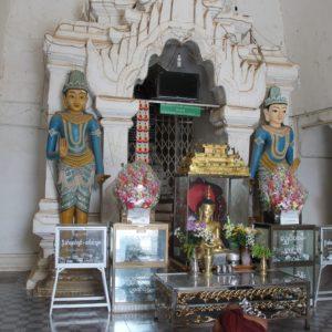 Es fácil encontrar monjes rezando en el interior de los templos