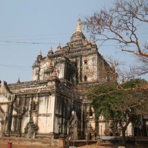 Aunque muchos templos son como de ladrillo rojo, otros como el Thatbyinnyu Phaya tienen un color grisáceo
