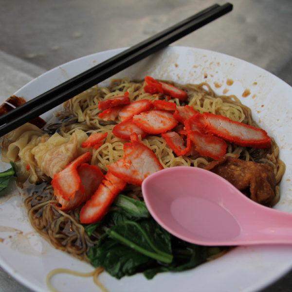 Deliciosos estos noodles con cerdo que encontramos en un puestito callejero