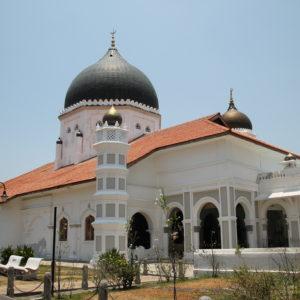 Y un poco más adelante, esta mezquita y un templo hinduista, ¿no es bonito la variedad?