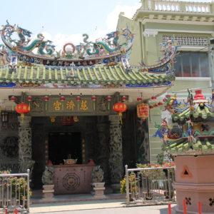 Un templo chino en la misma calle que la iglesia