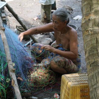 De paseo pudimos ver estampas cotidianas, como esta mujer que arregla una red de pescar