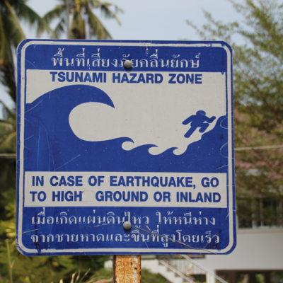 Carteles que avisan de qué hacer en caso de tsunami