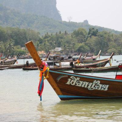 Barcos longtail cerca del puerto de Koh Mook