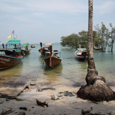 Con marea alta, la parte del puerto se queda práticamente sin playa