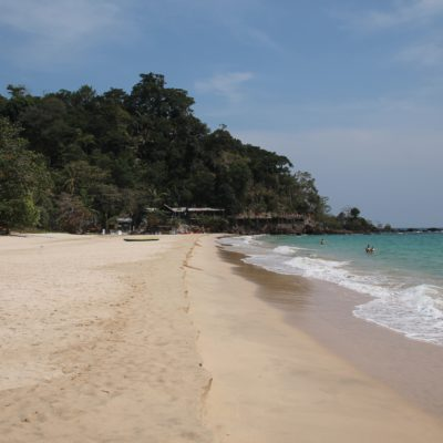 La playa Haad Farang algo más agitada que lo habitual