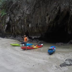 La marea estaba bastante baja, por lo que el agua sólo asomaba un poco de la cueva