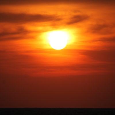 Todos los días el sol teñía el cielo de un naranja fuerte
