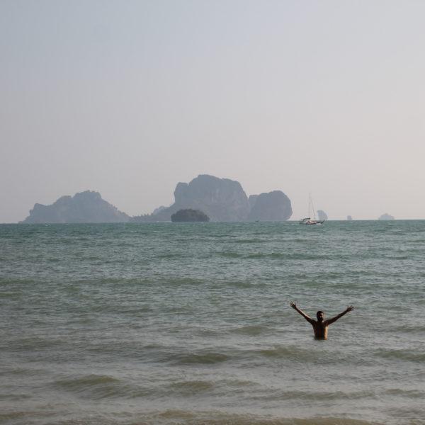 A pesar de la neblina, las islas frente a la playa de Tonsai se ven perfectamente