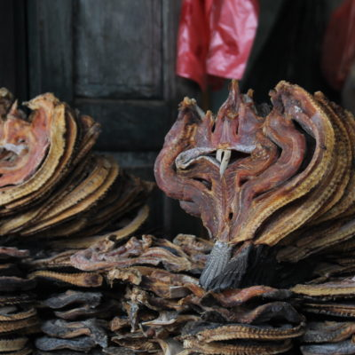 Pescado seco en el mercado de Kalaw cortado de una manera que...