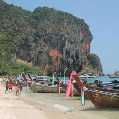 La playa de Phra Nang, lleno de barcos y turistas y la cueva al fondo