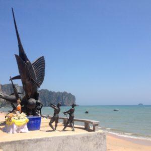 La playa de Ao Nang desierta, porque la mayoría de la gente sólo está en el pueblo para coger tours a otras playas e islas
