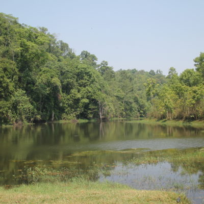 Aunque no vimos mucha agua por estar a finales de la época seca, algún río y pequeño lago formaban un bonito paisaje
