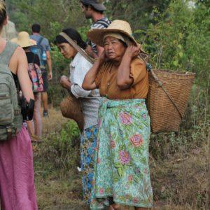 Las mujeres birmanas también llevan el longyi pero atado de otra manera, y como en muchos otros lugares del mundo cargan el peso de sus cesta con la cabeza