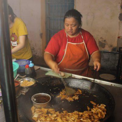 Aunque pensamos que eran patatas fritas, nos fuimos sin saber qué estaba cocinando esta mujer
