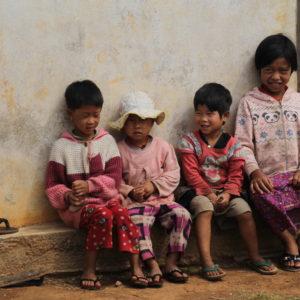 Vimos niños cada día: jugando, mirándonos con curiosidad o ayudando a sus padres en el campo