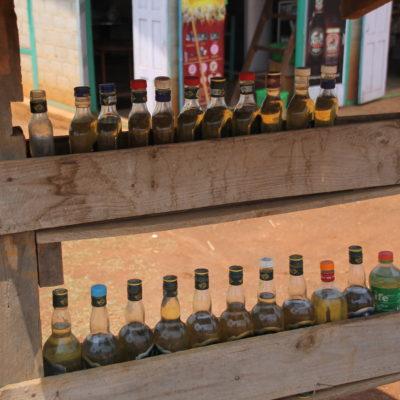 En muchos pueblos remotos la gasolina (sobre todo para motos) se vende en botellas como estas