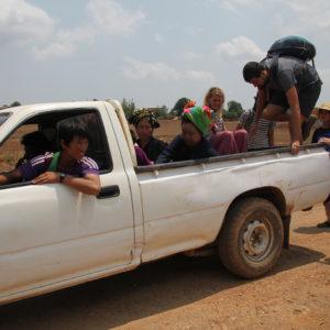 Todos a montar en la camioneta y sin hacer dedo