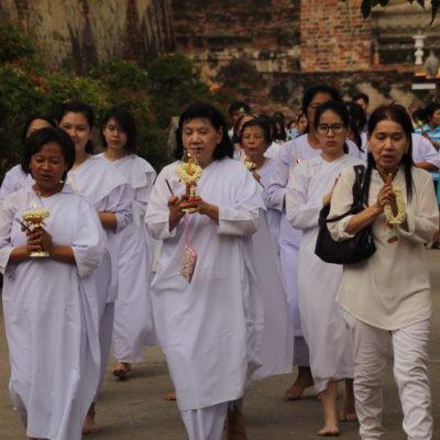 Este tipo de procesión estaba dando vueltas al templo, con velas y flores en la mano