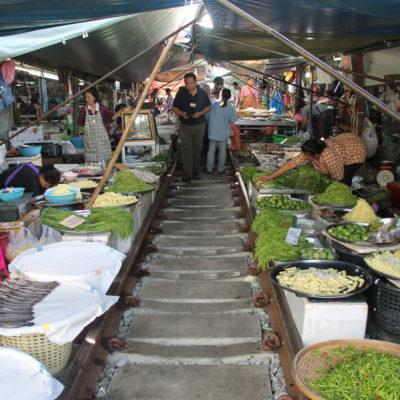Mercado sobre la vía del tren, con toda la comida rozando las vías