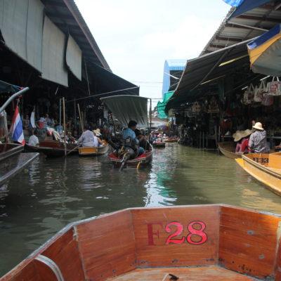 El mercado flotante se puede recorrer a pie o en barca por los canales