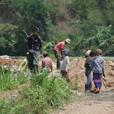 Trabajadores en la construcción de la presa y sus canales