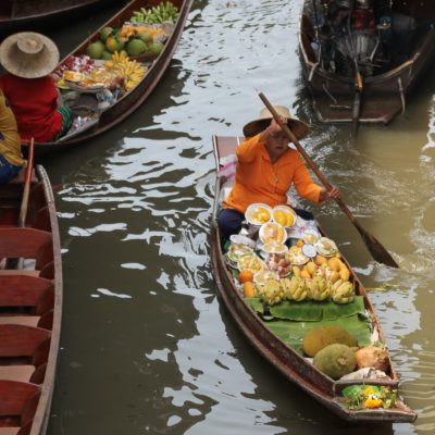 ... barcas de fruta ...