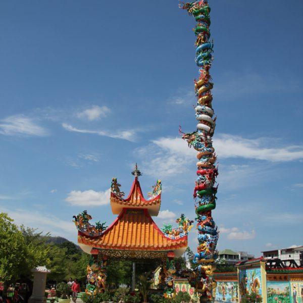 Al otro extremo del puente, encontramos este increíble templo de estilo chino