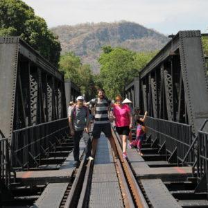 Recorrimos el puente hasta el otro extremo, ya que apenas pasan trenes