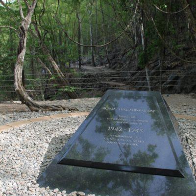 La placa conmemorativa en el Hellfire pass, en honor a todos los que murieron construyendo este paso