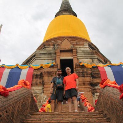El templo engalanado con los colores budistas y banderas tailandesas