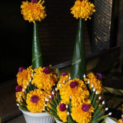 Son curiosas las macetas que hacen con flores y hojas