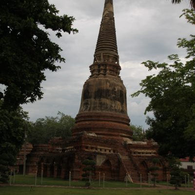 Algunos templos están hundidos en la tierra en alguna parte