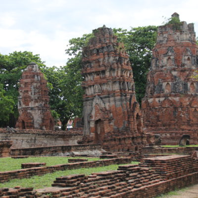 Aquí también encontramos templos torcidos y hundidos en la tierra