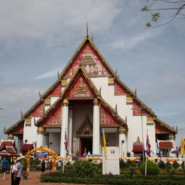 El Wihan Phra Monkhon Bonphit es un templo moderno, totalmente diferente a los que hay en Ayutthaya