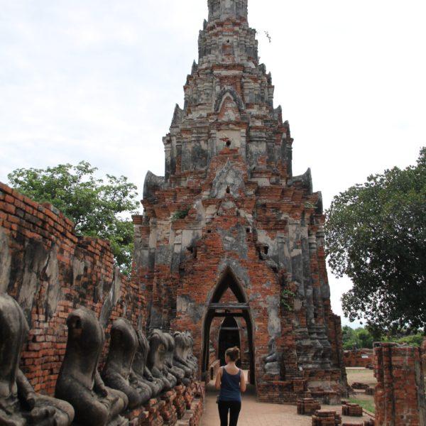 Wat Chai Wattanaram Por dentro, montones de buddhas mutilados