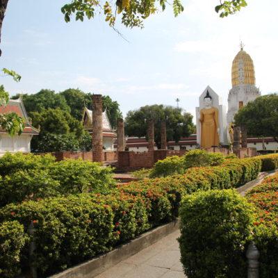 El templo de Phitsanulok tiene un bonito jardin con varios buddhas en la parte de atrás