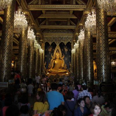 Pero el buddha interesante se encuentra en el interior del Wat Phra Si Rattana Mahatat, decorado de manera exquisita